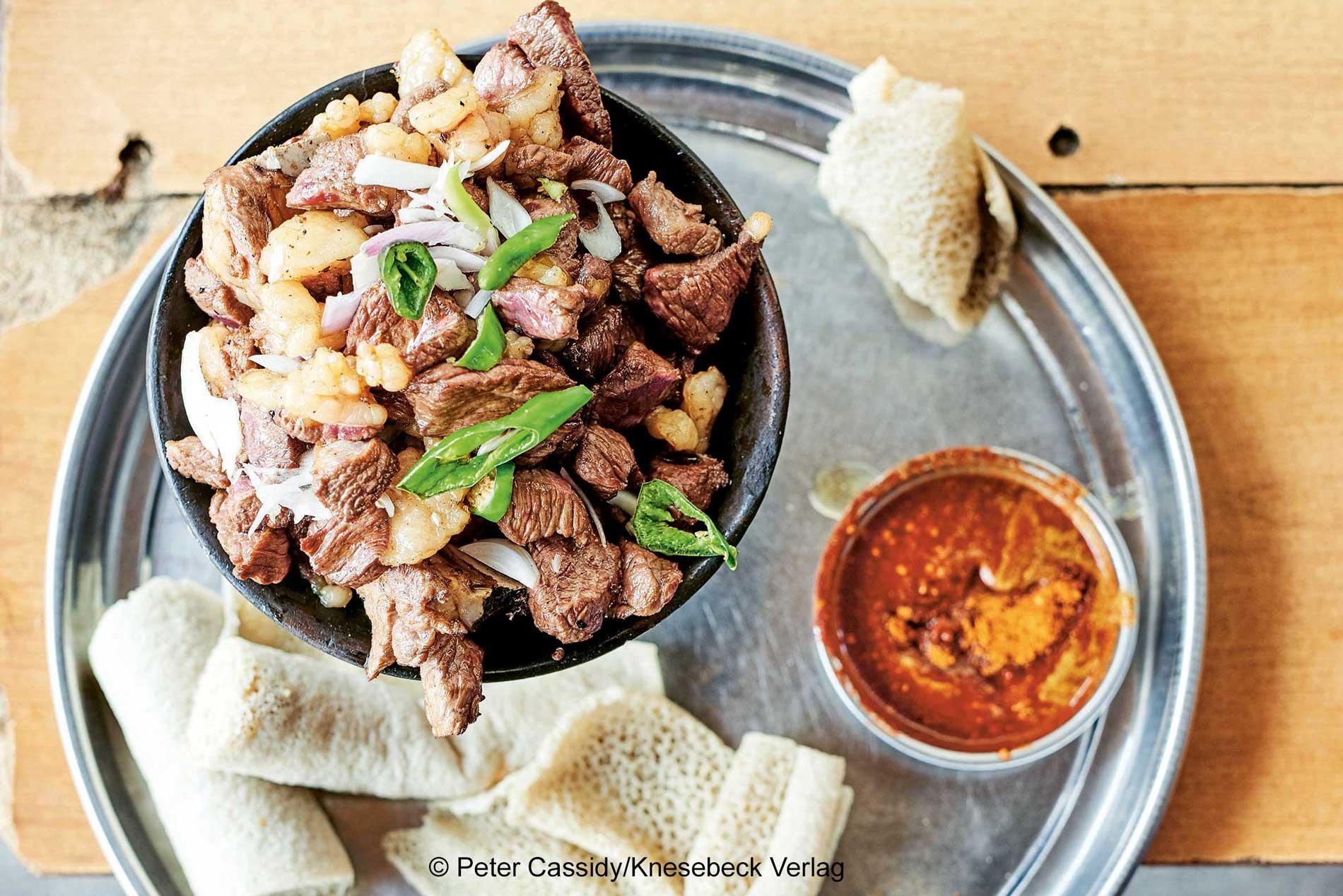 Foto mit einer Schüssel zubereiteten Rindfleischs mit Zwiebeln