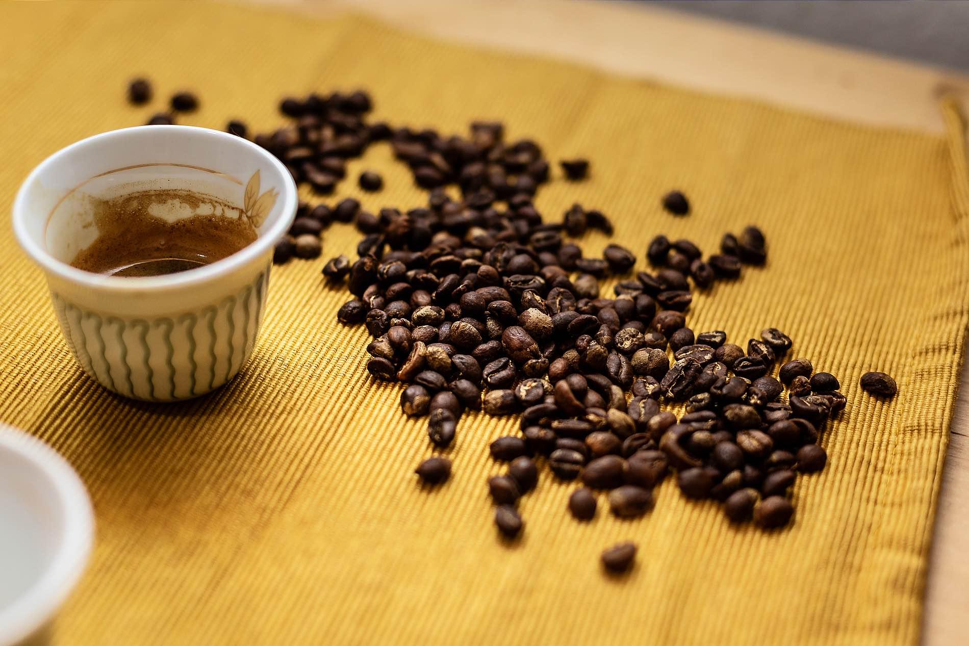 Foto von Kaffeebohnen und einer Mini-Tasse Kaffee